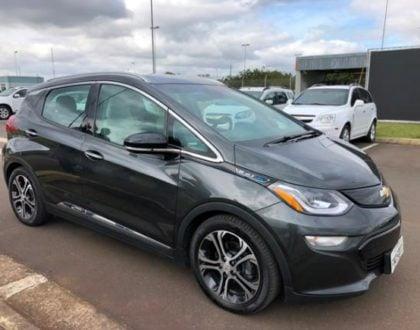 Fábrica da General Motors mostra o carro elétrico Bolt
